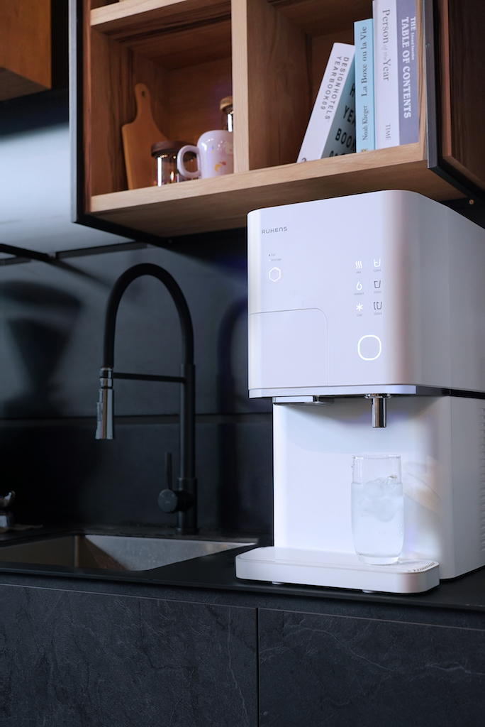 Multi-temperature water dispenser with icemaker